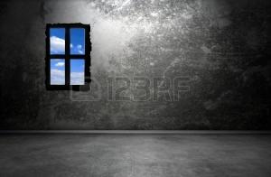 -ciemne-wnętrze-pokoju-z-oknem